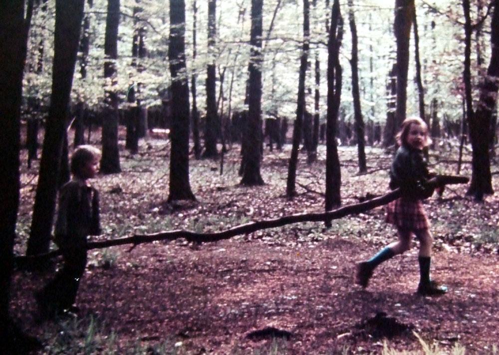 Die Autorin und ihr Bruder beim Waldbaden
